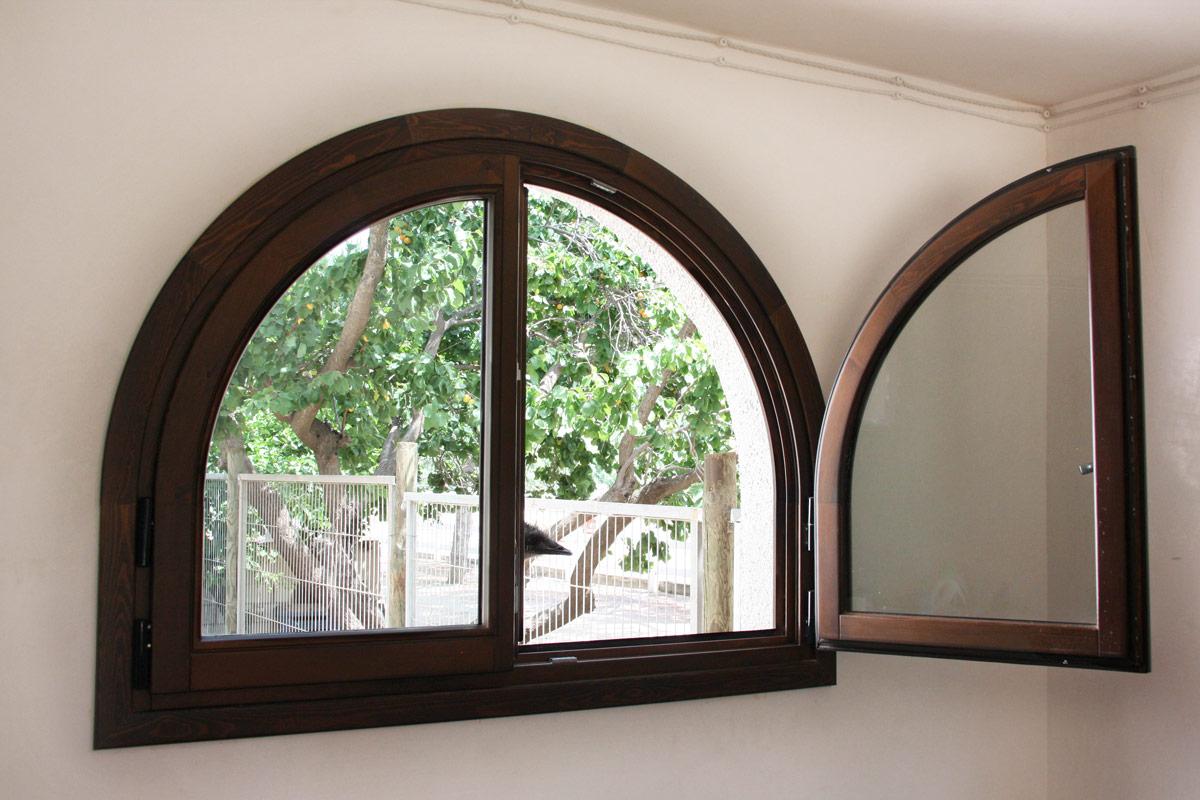 finestres de fusta de pi wengue reforma Club Hipic Julivert Riudoms per la fàbrica de finestres i tancaments Carreté Finestres-disseny personalitzat