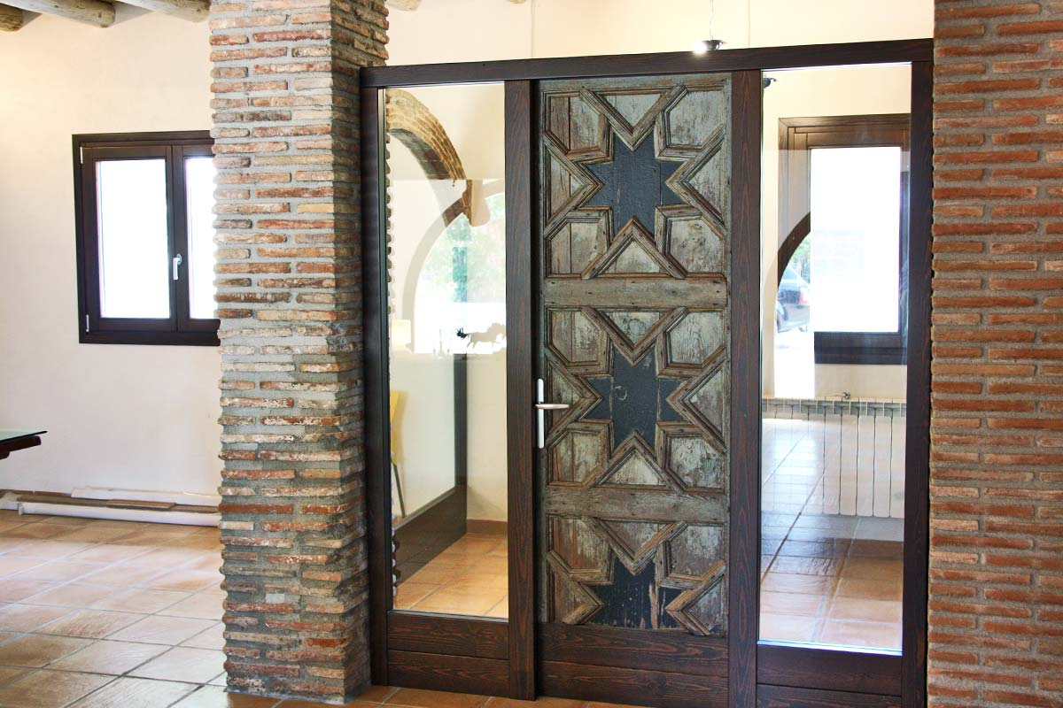 porta de fusta reutilitzada Club Hipic Julivert Riudoms per la fàbrica de finestres i tancaments Carreté Finestres la Selva del Camp