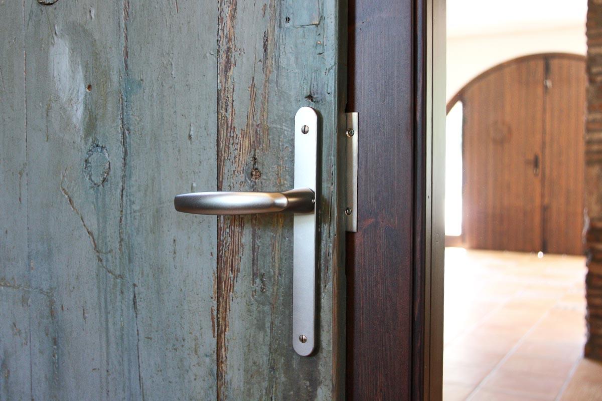 porta de fusta reutilitzada Club Hipic Julivert Riudoms per la fàbrica de finestres i tancaments Carreté Finestres la Selva del Camp-fusta recuperada