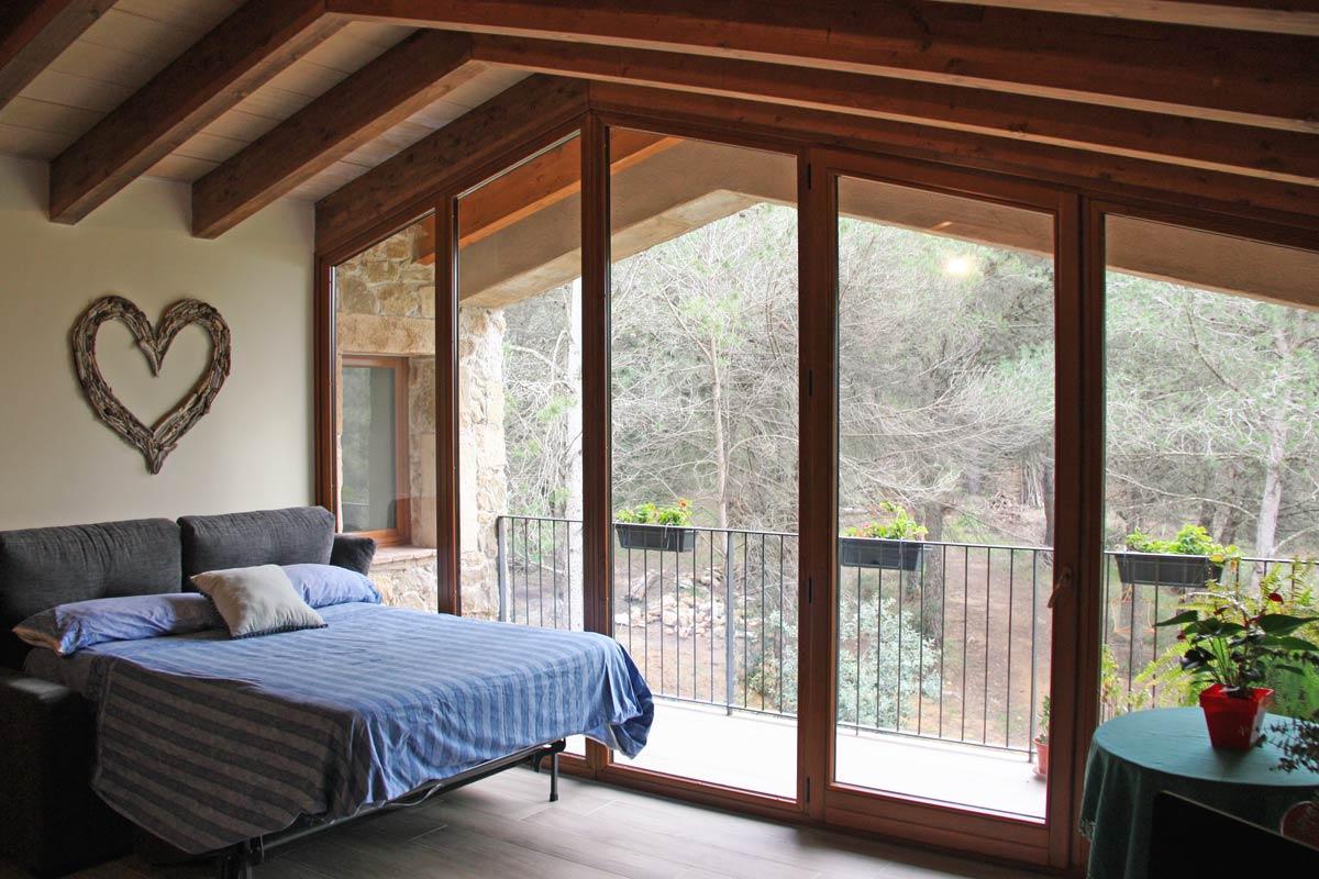 finestres de fusta rustica disseny a mida amb aïllament tèrmic a Vilademuls, Girona- finestra Silva 68- finestrals dormitori