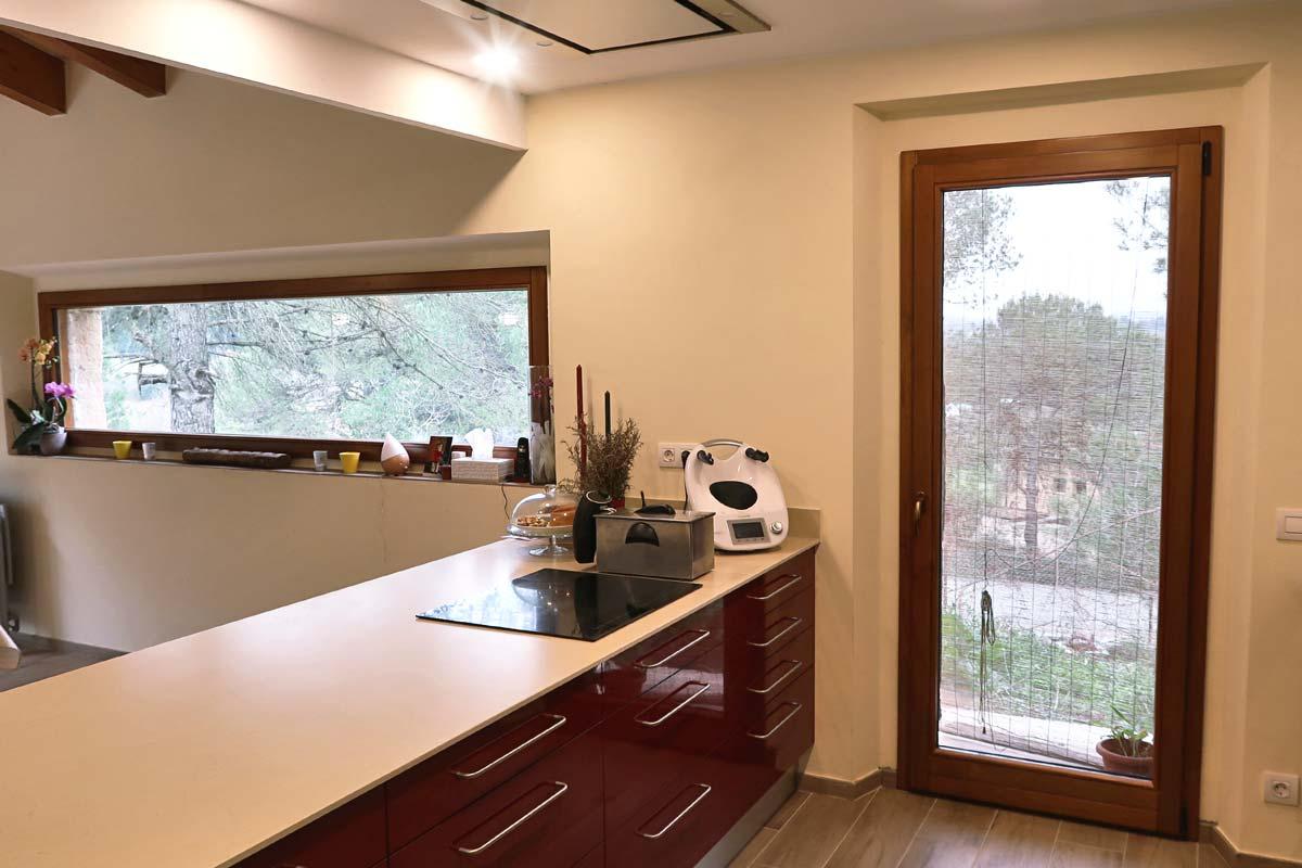 finestra de fusta rústica amb aïllament tèrmic a Girona- exterior terrassa finestra Silva 68