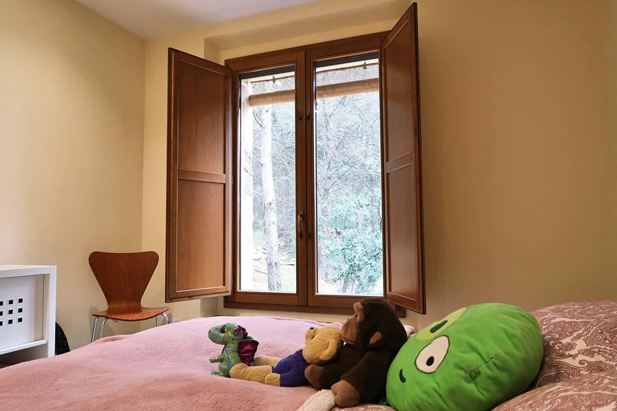 finestra de fusta amb aïllament tèrmic a Girona- habitació