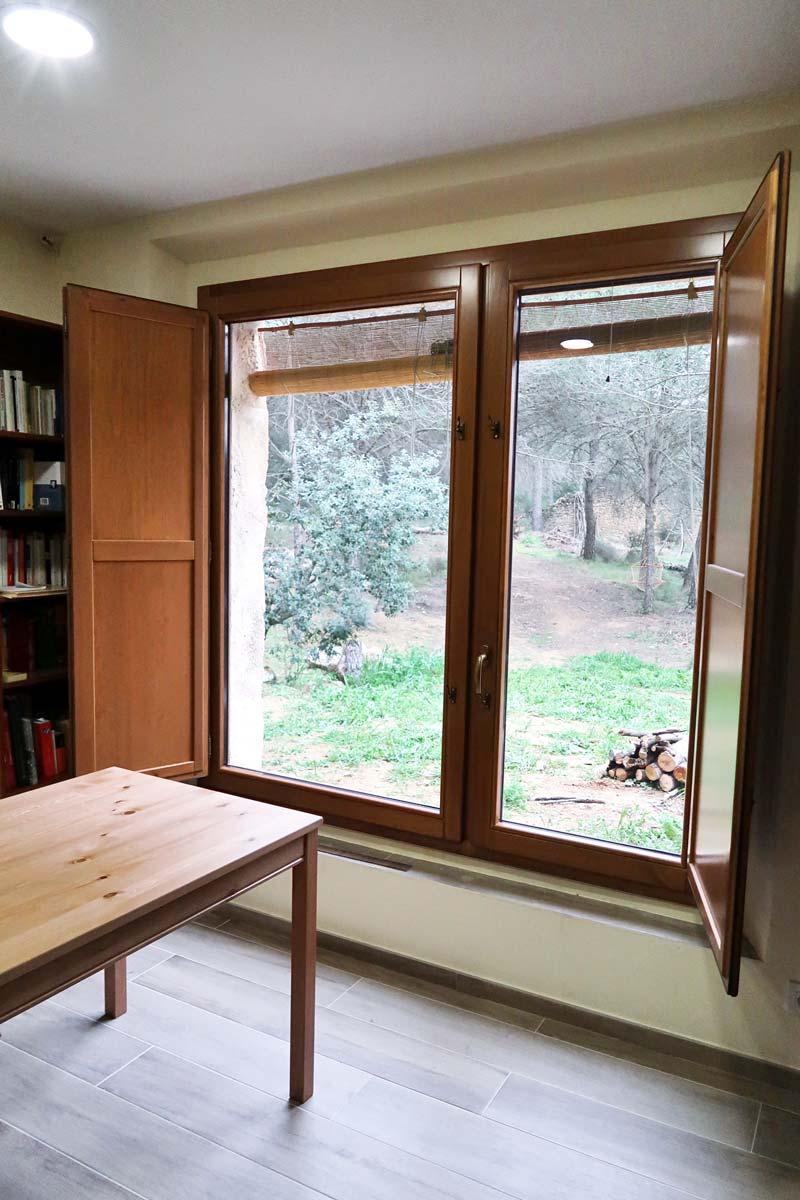 finestra de fusta rústica amb porticons i aïllament tèrmic a Vilademuls, Girona- finestra Silva 68