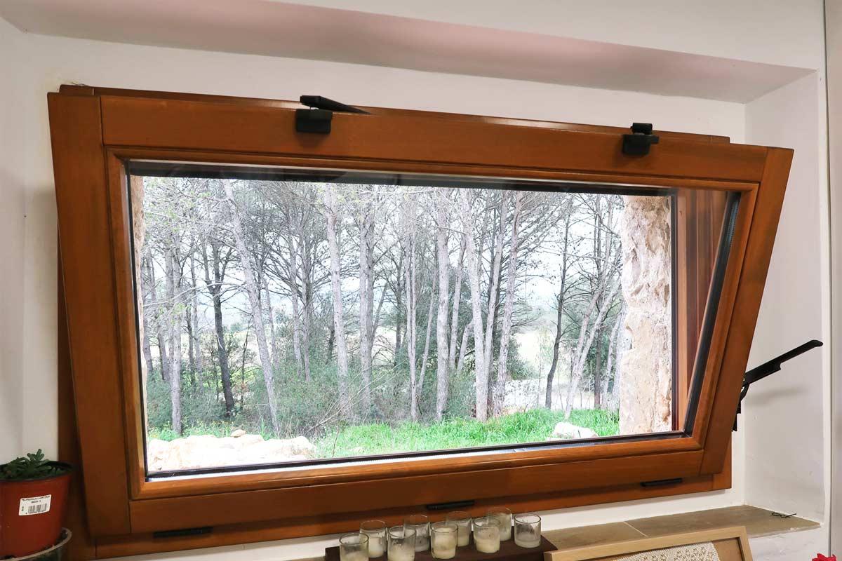 finestra de fusta motoritzada per a la cuina amb ventilació òptima i eficaç catàleg tancaments a mida Carreté Finestres- Girona