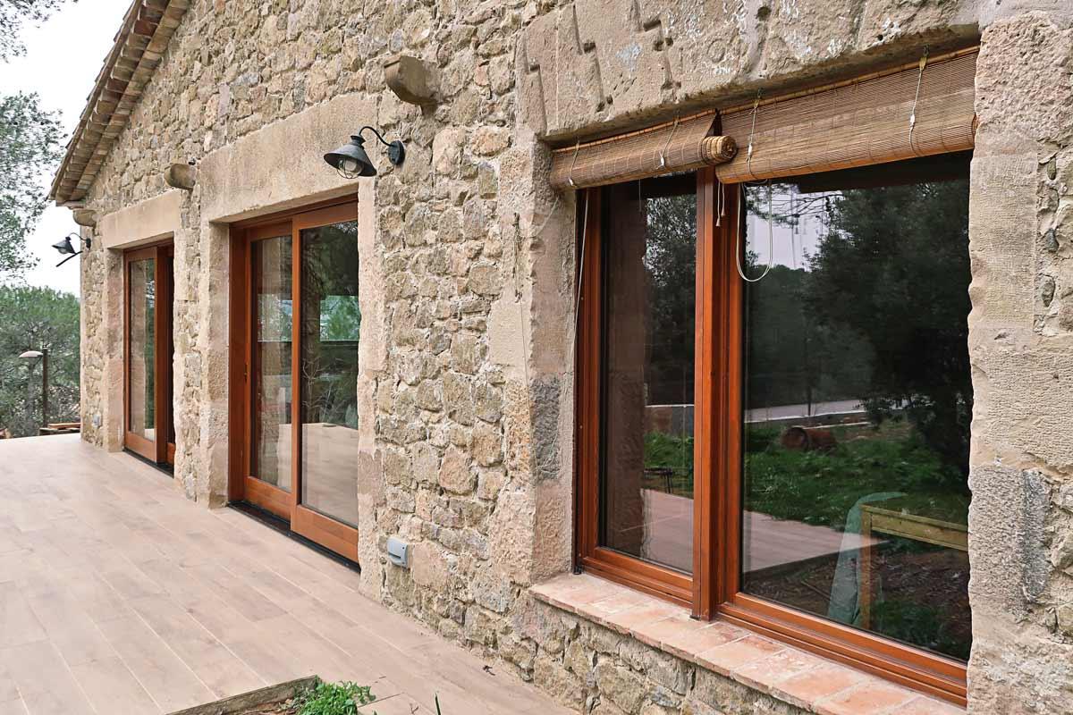 finestres de fusta amb gran eficiència tèrmica i aïllament acústic a Girona fabricades per Carreté Finestres finestrals exteriors
