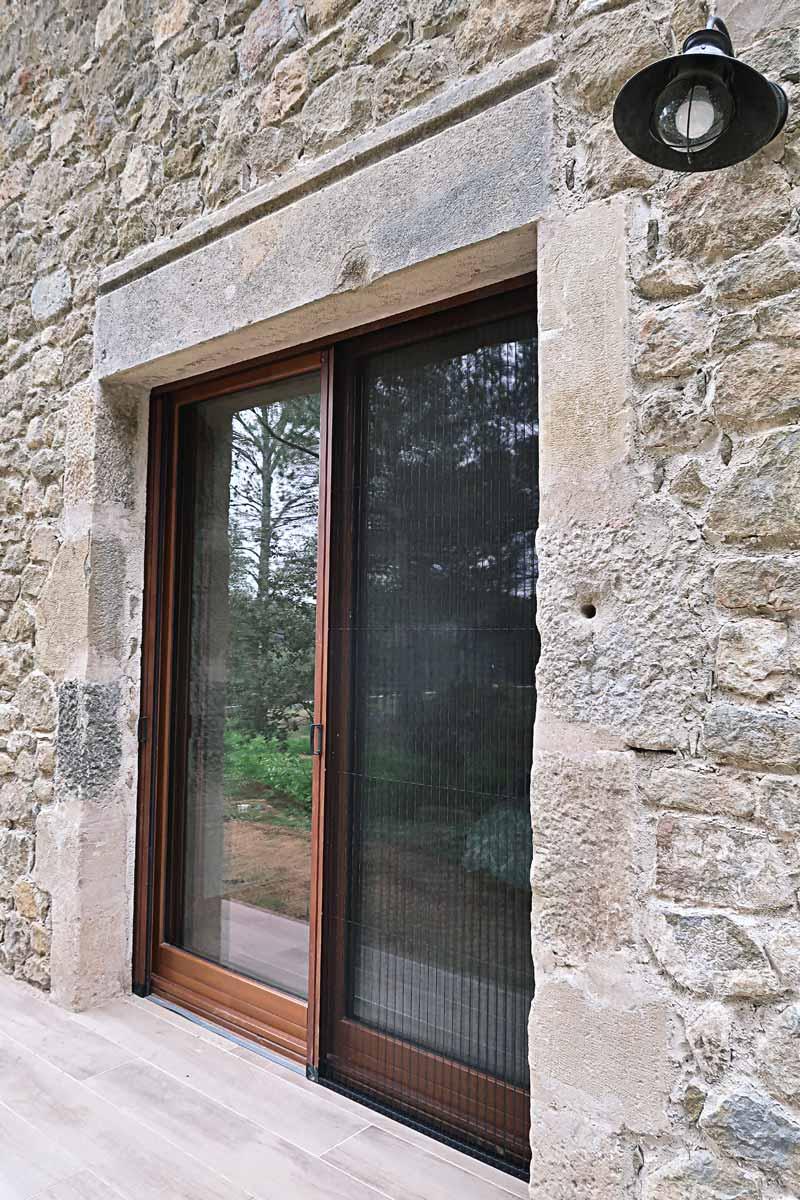 finestres de fusta amb gran transmitància tèrmica i aïllament acústic a Girona fabricades per Carreté Finestres -silva 68