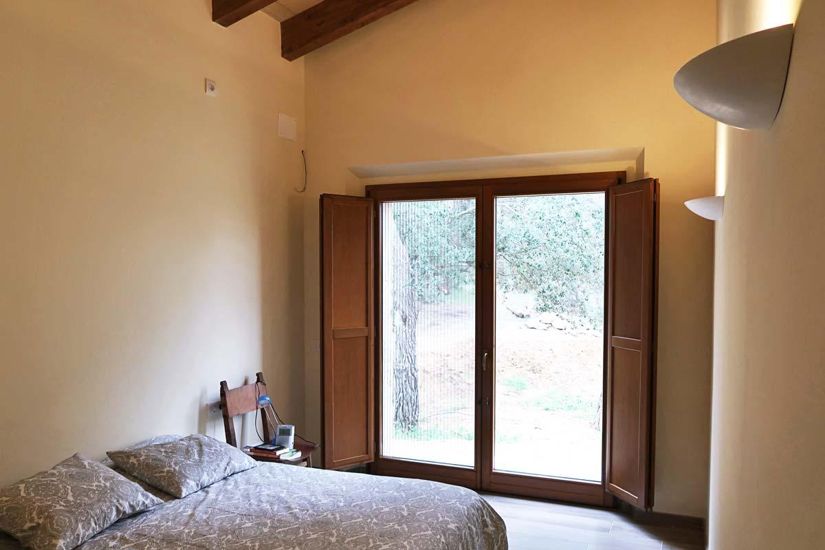 finestra de fusta rústica amb porticons i aïllament tèrmic a Vilademuls, Girona- finestra Silva 68- finestres dormitori