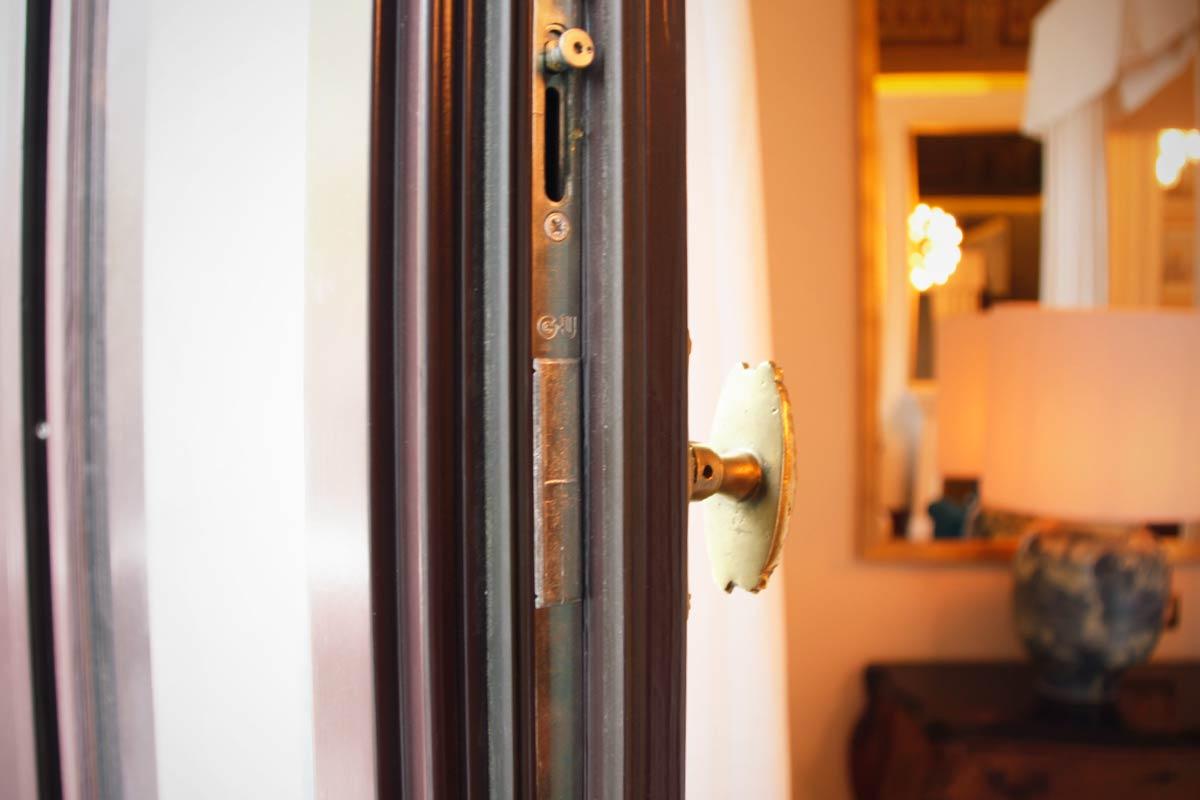 finestra de fusta aïllament tèrmic i acústic Hotel Cotton House Hotel Barcelona- Eficient 78 Carreté Finestres perfil europeu