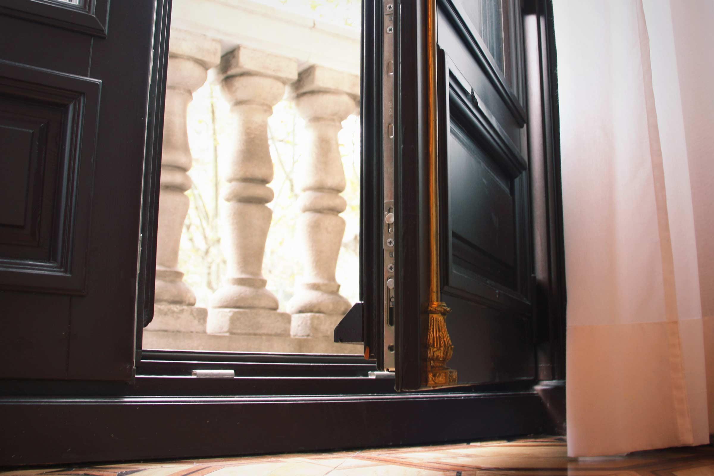 finestres de fusta per a balconera amb aïllament acústic adaptat a l'Hotel Cotton House Hotel Barcelona