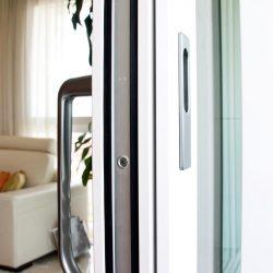 finestres de fusta i alumini exterior corredisses i elevables, acabats de gran qualitat amb maneta Hoppe fabricades per Carreté Finestres