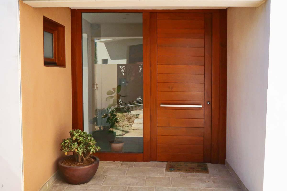 porta de fusta massissa exterior i finestres de fusta fabricades per Carreté Finestres- Santa Coloma de Queralt