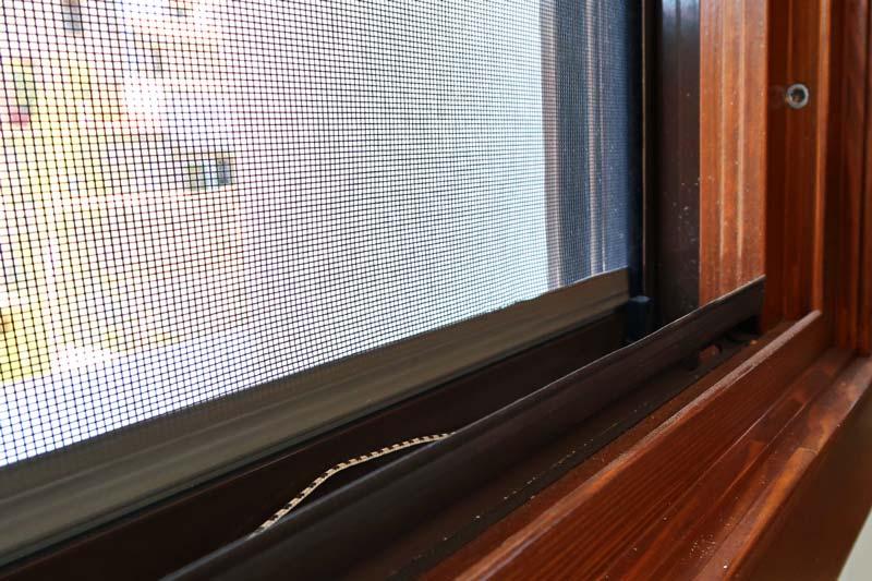 finestra de fusta amb mosquitera fàcil manteniment-Santa Coloma de Queralt Conca de Barberà