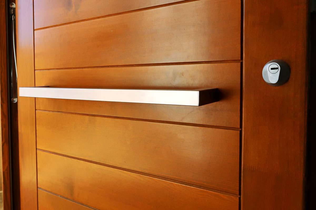 porta de fusta exterior amb disseny avantguardista i finestres de fusta fabricades per Carreté Finestres - Santa Coloma de Queralt