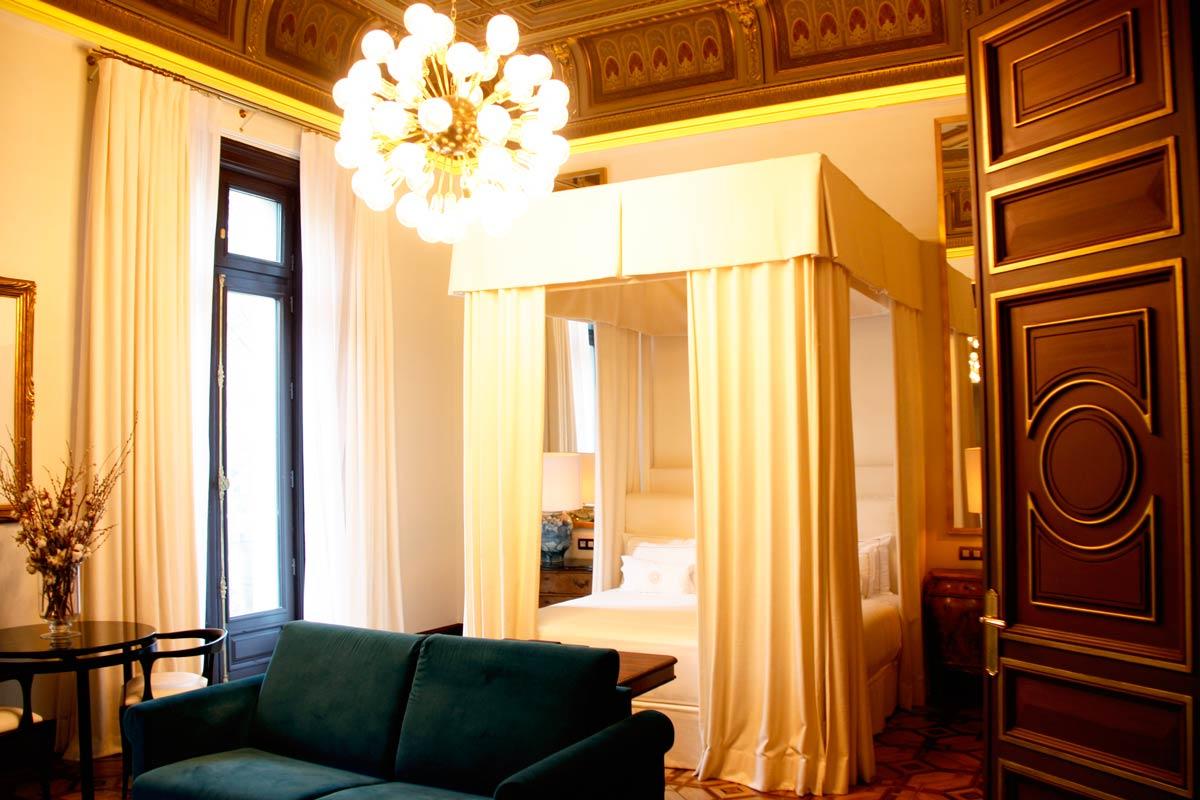 finestres de fusta a l'Hotel Cotton House Hotel Barcelona-habitació luxe finestres rústiques a mida