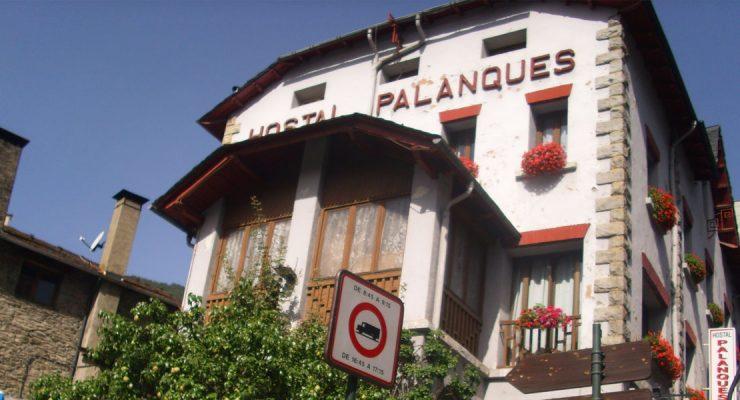 Finestres de fusta noves a l'Hostal Palanques d'Andorra