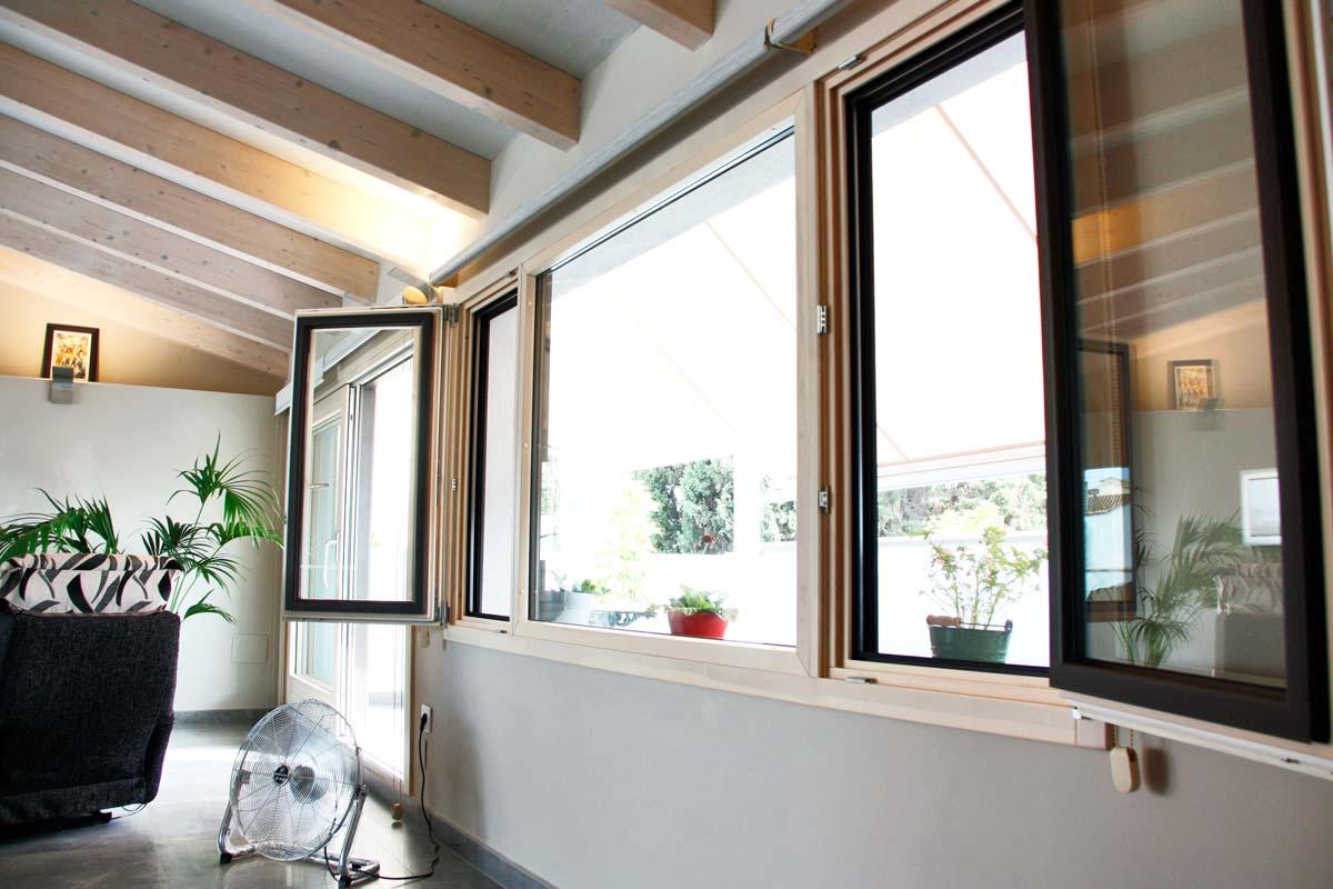 Reforma de finestres de fusta i alumini, finestres de perfil mixt, a Vilanova i la Geltrú- grans finestrals